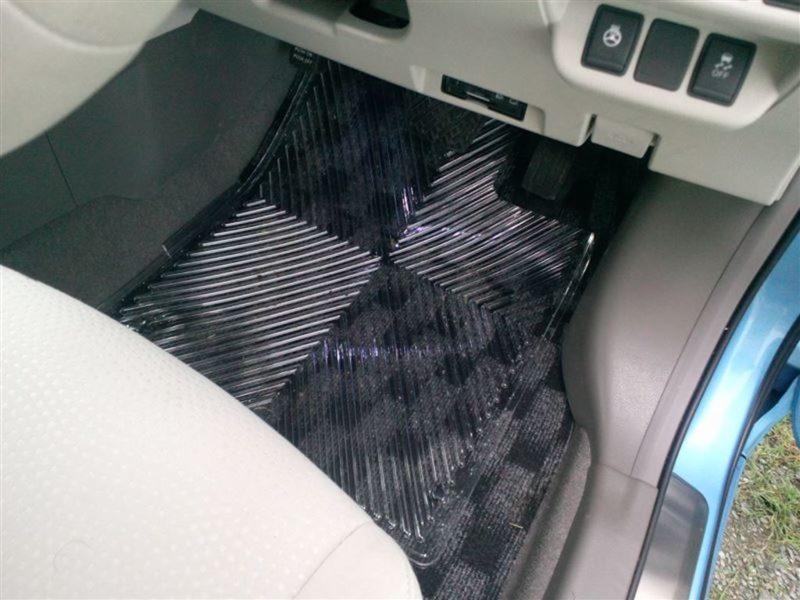 車の透明フロアマットは汚れ防止に使える?
